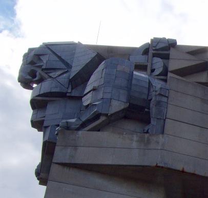 Monument in Sjoemen ter ere van 1300 jaar Bulgarije. De leeuw van 100 ton zwart graniet.