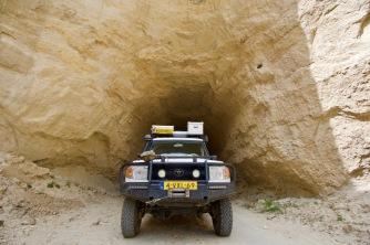 Tunnel uitgehouwen in de zandsteenrots.
