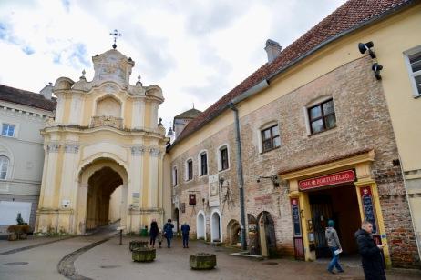 Meest heilige plek in de stad een poort met een heel klein kapelletje waar pelgrims naartoe trekken.