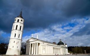 Vilnius en de dreiging van de donkere wolken boven dit prachtige witte gebouw.