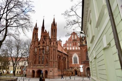 Fraaie bakstenen kerk in Vilnius