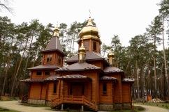 Nieuw kerkje, lijkt wel Noorse bouwstijl maar dan met gouden daken.
