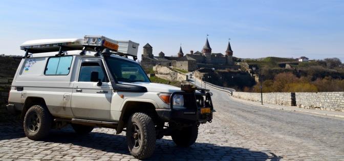 Toevallig kwamen we door dit mooie stadje met kasteel en oude stadsmuren.