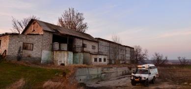 Wildkamperen bij verlaten gebouw boven op de heuvel tussen de wijngaarden