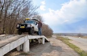 Service doe je gewoon langs de weg, vele betonnen bruggen bij de reguliere P plaatsen