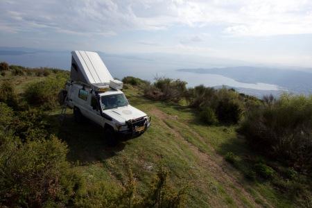 Wild Camp boven in de heuvels met uitzicht op de stad Volos.