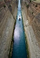 Korinth kanaal, 80 meter hoge wanden 25 meter breed.