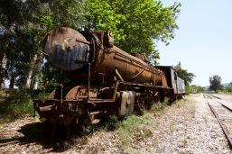 Oude smalspoor locomotief staat weg te roesten.